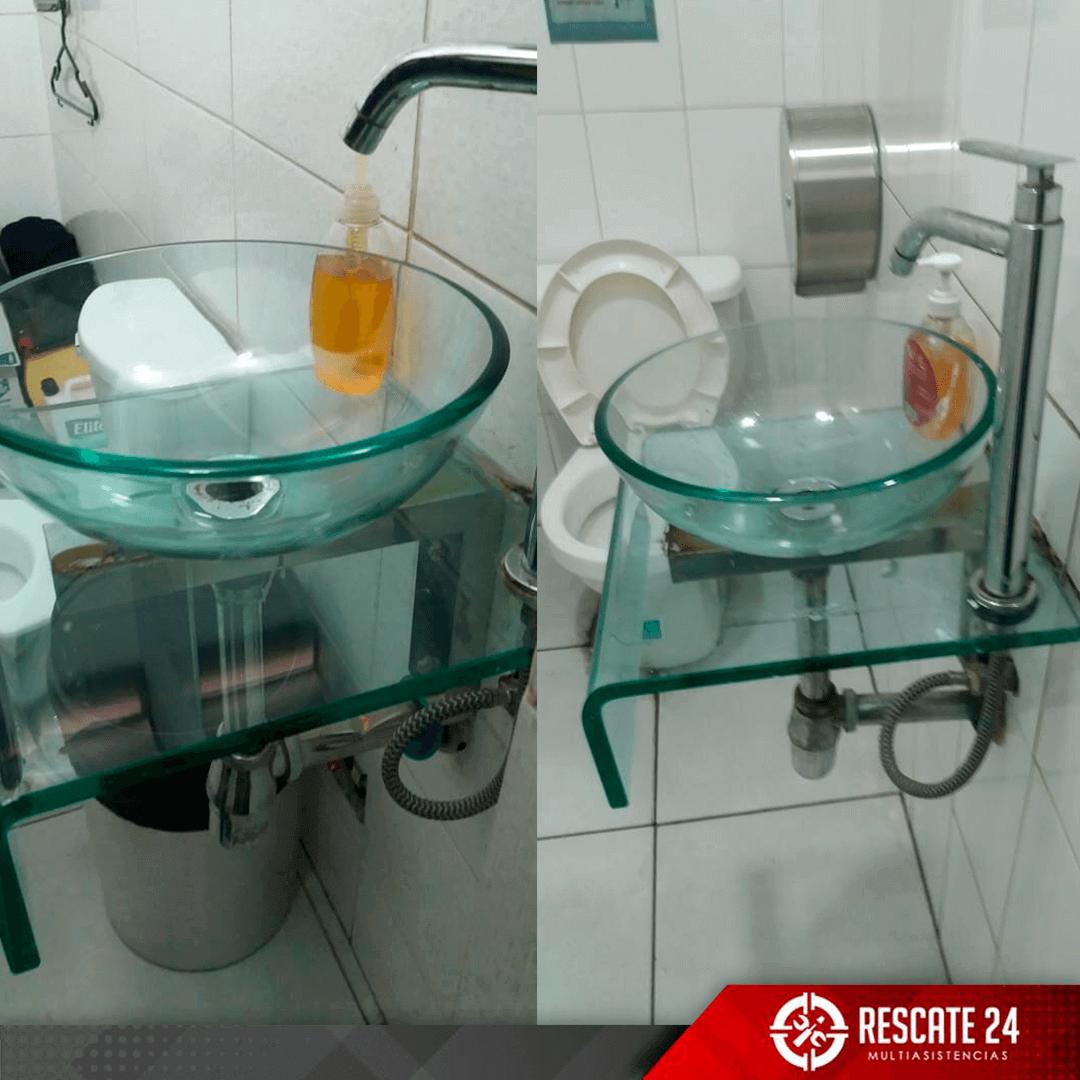 Cambio de accesorios de inodoro e instalación de lavatorio de vidrio tipo ovalín.